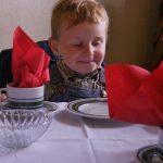 "Der ""Jüngste Gast"" im Dorfcafe"